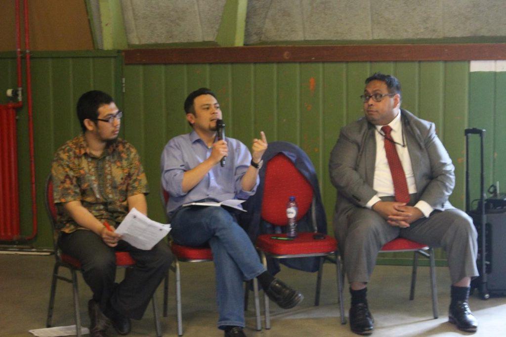 Seminar oleh Ary Ardyansyah Samsura, Ph.D (Post-doc Department of Spatial Planning, Radboud University Nijmegen) (tengah) dan Ebed Litaay (Ketua Indonesian Diaspora Network) (kanan)