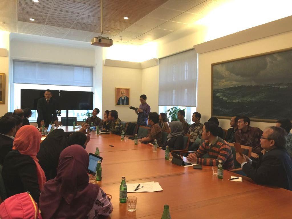Duta Besar Bagas Hapsoro membuka diskusi bersama mahasiswa Indonesia