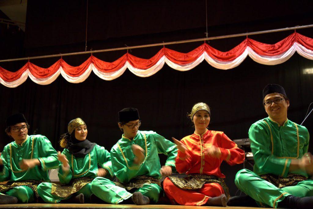 Pelajar Indonesia di Göteborg sedang beraksi. Dokumentasi KBRI