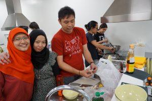 memasak bersama di common kitchen