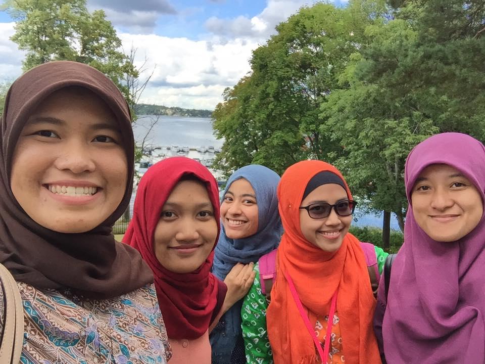 Kiki (kiri) bersama teman-teman di Stockholm