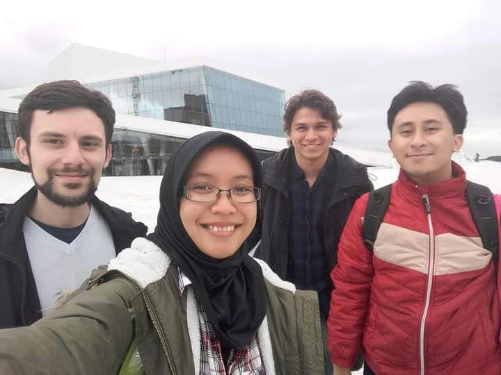 Alicia bersama suami dan teman-temannya