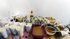 Aneka makanan yang disiapkan para mahasiswa