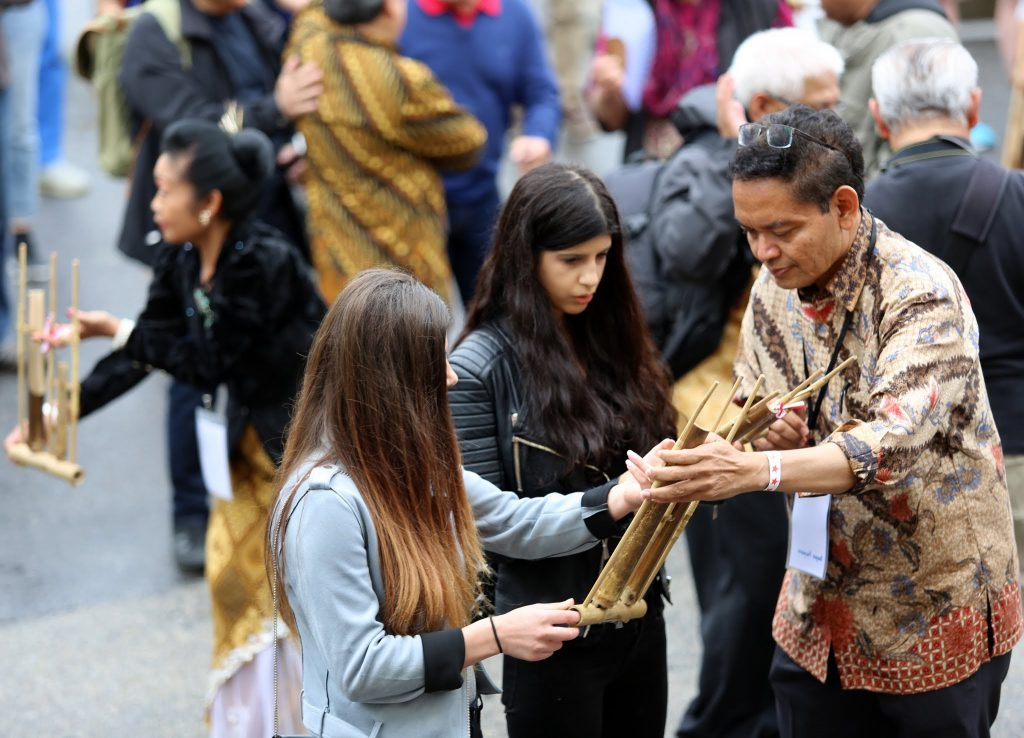 Bapak duta besar Bagas Hapsoro membagikan angklung. Foto KBRI Stockholm/Ignasius Hari
