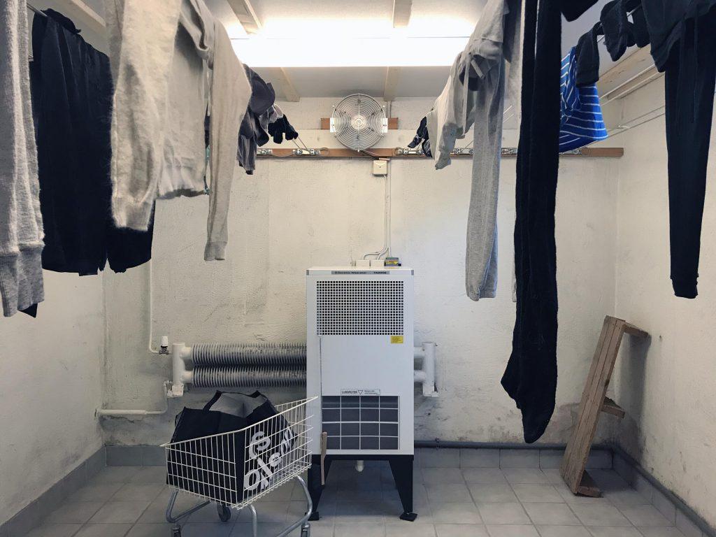 Mesing pengering di ruang pengering baju